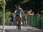 Malu Mader aproveita tarde de sol e anda de bicicleta no Rio