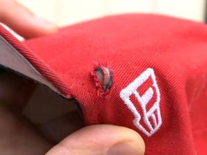 Bala perfurou boné e atingiu jovem de raspão na cabeça. (Foto: Reprodução/TV Gazeta)
