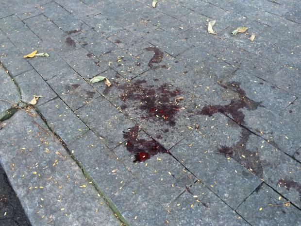 Calçada da casa onde houve agressão na Gávea tem mancha de sangue (Foto: Fernanda Rouvenat/G1)