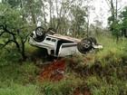 Carro capota após colisão na BR-265 em São João del Rei