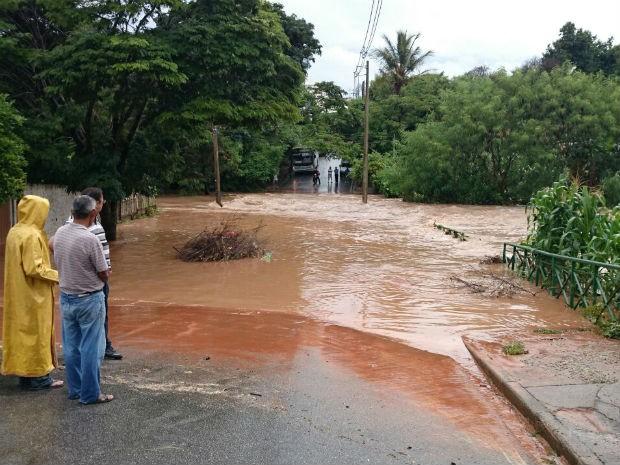 Trecho no bairro Jardim Vera Cruz ficou alagado em Sorocaba (Foto: Arquivo Pessoal/Cinthia Ribeiro)