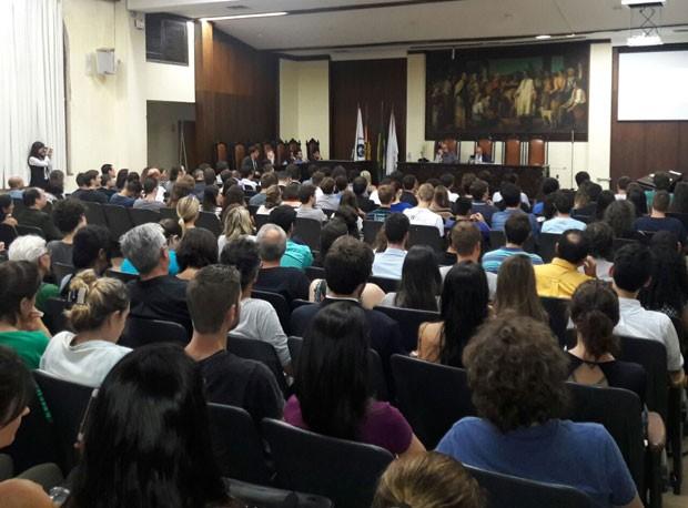 """Em Porto Alegre, 300 pessoas, segundo a organização do evento, acompanharam uma palestra sobre os """"aspectos jurídicos do impeachment""""  (Foto: Zete Padilha/RBS TV)"""