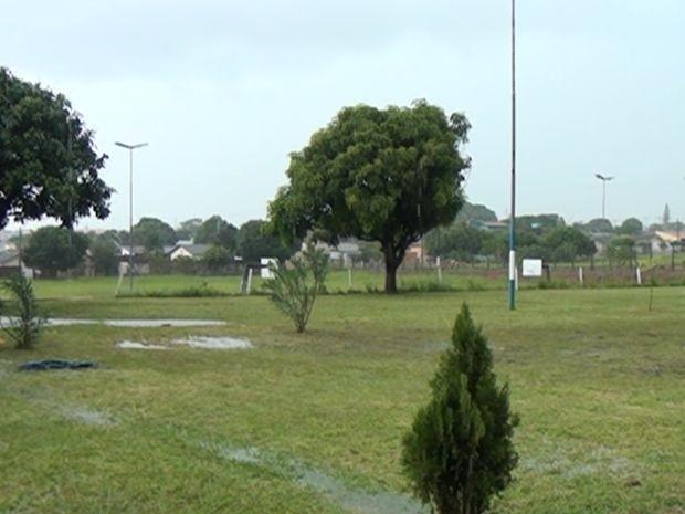 Raio atingiu as crianças em um campo de futebol  (Foto: TV Marília)
