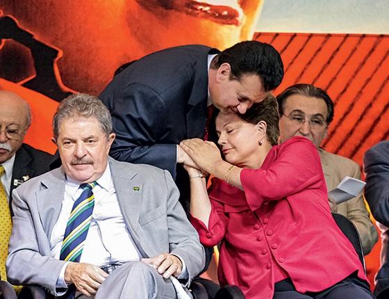 VIVA KASSAB Kassab afaga Dilma na festa de 33 anos do PT, em 2013, que contou com a participação de Lula. Ele seduziu os petistas com demonstrações de lealdade (Foto: Daniel Teixeira/Estadão Conteúdo)
