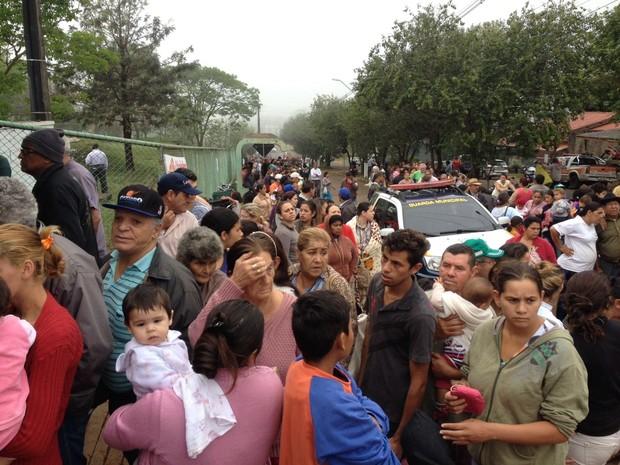 Dezenas de atingidos pelas chuvas em Foz do Iguaçu aguardam por doações no Caic do Porto Meira (Foto: Caio Vasques / RPC)
