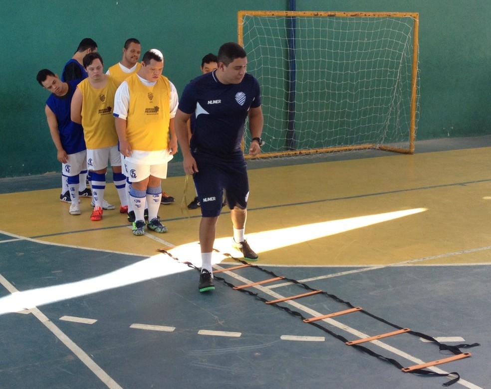 Rodrigo Melo, treinador do time de futsal down do CSA, orienta os jogadores durante os treinamentos (Foto: Rafael Brito/ GloboEsporte.com)