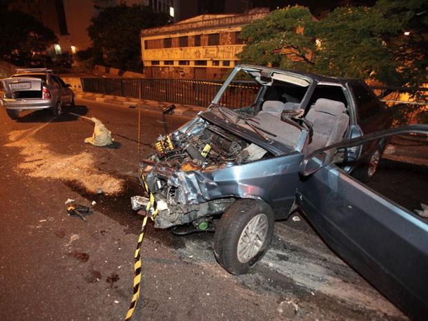 Carro ficou destruído após colisão na Ligação Leste-Oeste (Foto: Luiz Guarnieri/Brazil Photo Press/Estadão Conteúdo)