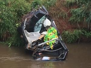 Uma mulher e duas crianças morrem após caminhonete cair em rio de MS (Foto: Alysson Maruyama/TV Morena)
