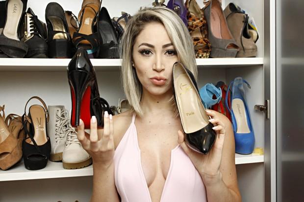 Carol Narizinho mostra seu armário com dezenas de pares de sapatos (Foto: Celso Tavares/EGO)