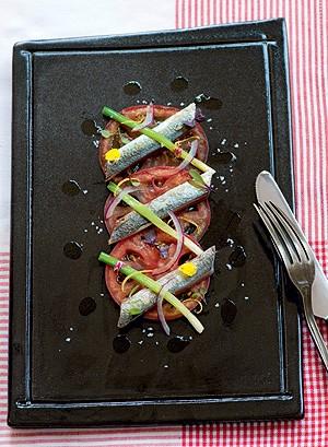 Salada de tomate-caqui com sardinha e cebola roxa (Foto: Iara Venanzi/Casa e Comida)