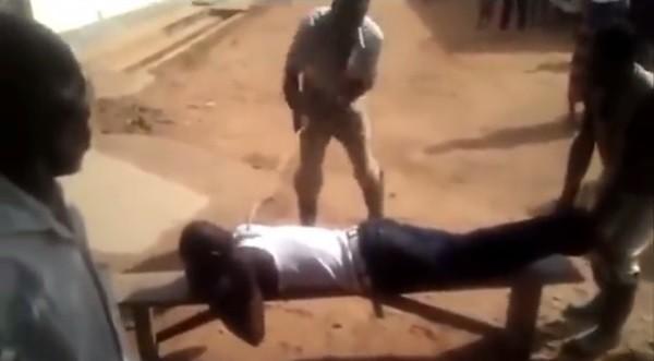 O acusado de sexo ilegal é punido com chibatadas