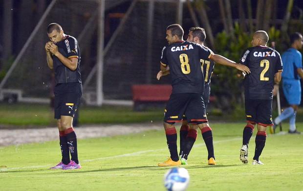 Neto Baiano comemora gol marcado pelo Vitória contra o Serrano (Foto: Divulgação/E.C. Vitória)