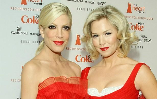 Já Jennie Garth (à dir.) e Tori Spelling se amigaram em 'Barrados no Baile' (1990–2000). A amizade é tanta que, neste ano, elas estrearam uma série juntas, 'Mystery Girls', estrelada e produzida por ambas. (Foto: Getty Images)