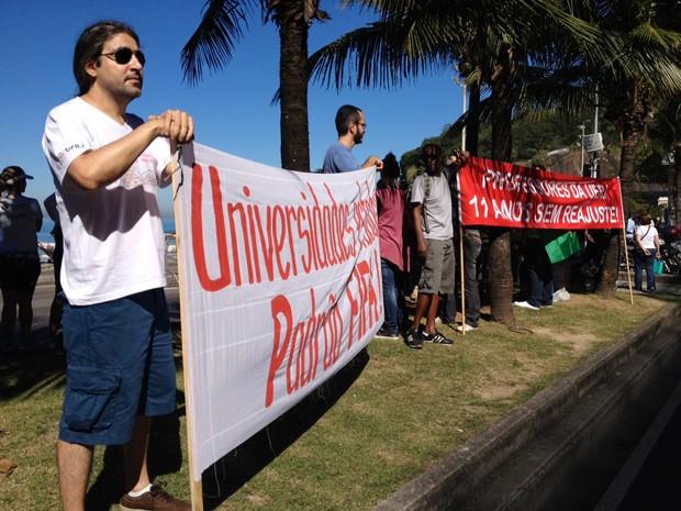 Professores e estudantes fazem manifestação, na manhã neste domingo (7) (Foto: Cristiane Cardoso/G1)