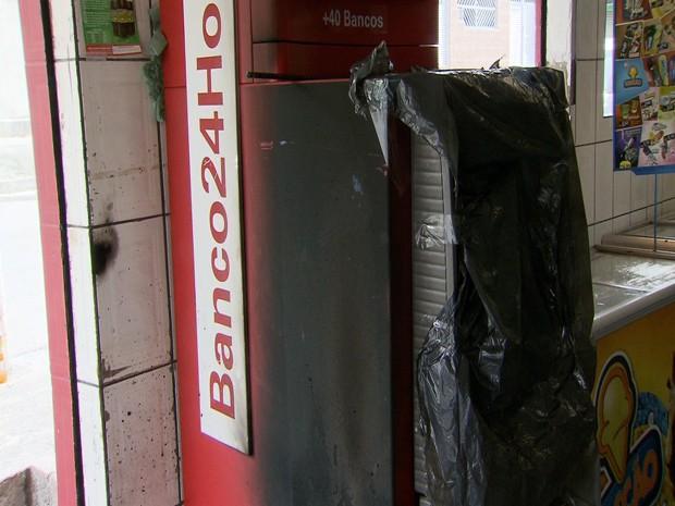 Ladrões tentaram assaltar caixa eletrônico em São Vicente, SP (Foto: Reprodução/TV Tribuna)
