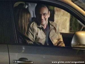 Charlene e Wilson namoram no carro (Foto: Sangue Bom / TV Globo)