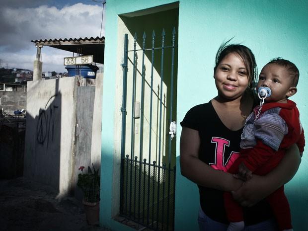 Sheila Andrade de Oliveira, de 17 anos, com o filho Brayan (Foto: Caio Kenji/G1)