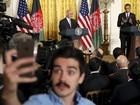 Jornalista afegão faz selfie com Obama ao fundo na Casa Branca
