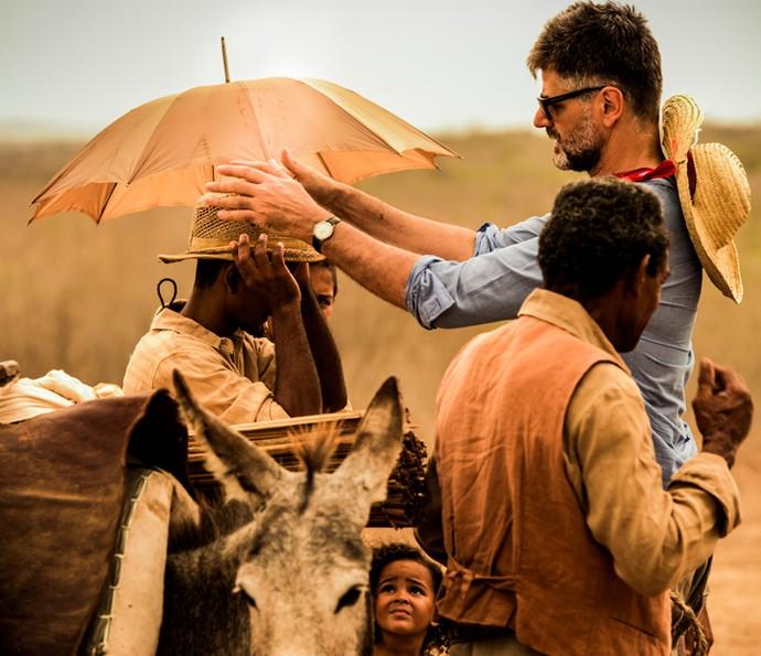 O diretor Luiz Fernando Carvalho comanda o set de filmagens no sertão do Brasil (Foto: Caiuá Franco/ Globo)