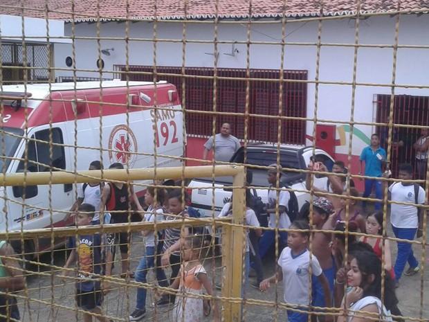 Três alunos e um professor ficaram feridos apo´s o desabamento de parte do teto da escola em São Luís (Foto: João Ricardo/G1)