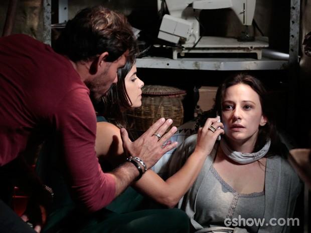Ninho e Aline obrigam Rebeca a dizer que está tudo bem (Foto: Felipe Monteiro/TV Globo)