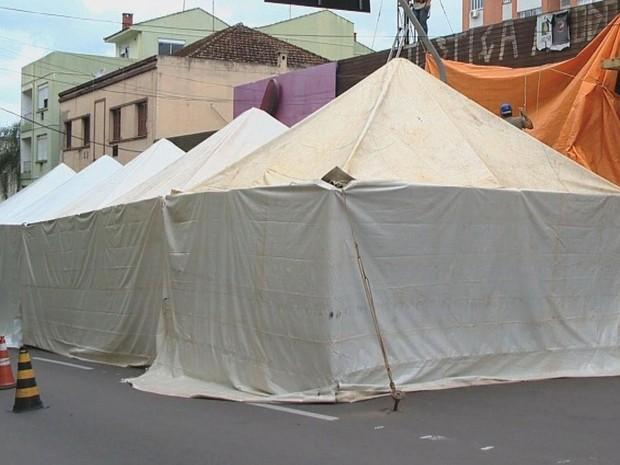 Toldos e lonas cobrem a fachada da boate Kiss em Santa Maria (Foto: Reprodução/RBS TV)