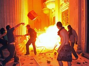 Manifestantes e PMs entram em confronto em frente à Assembleia Legislativa do Estado do Rio de Janeiro (Alerj) (Foto: Tasso Marcelo/AFP)