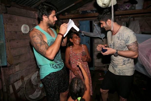 Renan visita família ribeirinha (Foto: Denilson santos/AgNews)