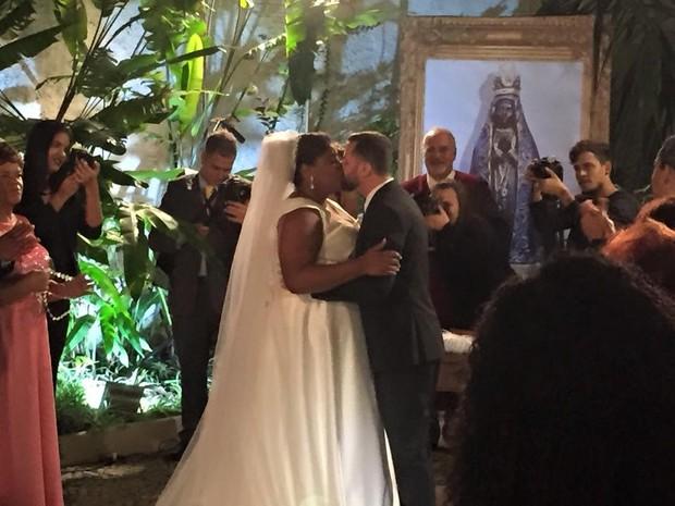 Cacau Protásio com Janderson Pires na cerimônia do seu casamento, no Rio (Foto: Reprodução/Instagram)