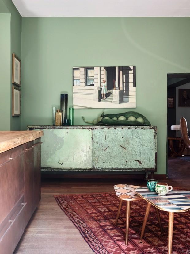 Sala de estar. Sobre o aparador, vasos de vidro produzidos à mão e vagem gigante feita de papel (Foto: Fabrizio Cicconi / Living Inside)