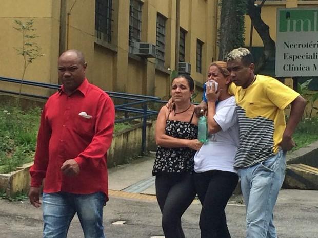 Mãe de Jonathan Moreira Ferreira, de 18 anos, sai chorando do IML de São Paulo (Foto: Tatiana Santiago/G1)