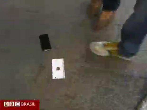 A repórter não acreditou quando o novo iPhone 6 caiu no chão (Foto: Reprodução)