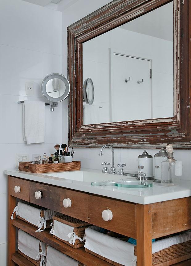apartamento-duplex-Fernanda-Pessoa-de-Queiroz-banheiro-espelho-madeira-bancada (Foto: Denilson Machado/MCA Estúdio/Editora Globo)