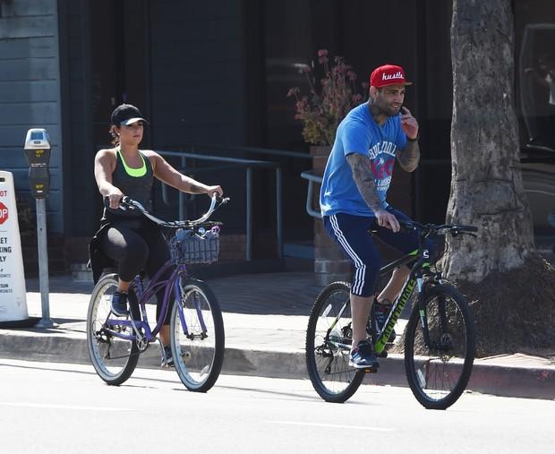 Demi Lovato passeia com Guilherme Vasconcelos (Foto: Grosby Group)