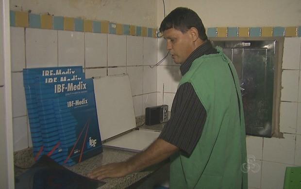 Deficiente visual e auxiliar de radiologia, Cláudia Viana atua em hospital da capital (Foto: Acre TV)
