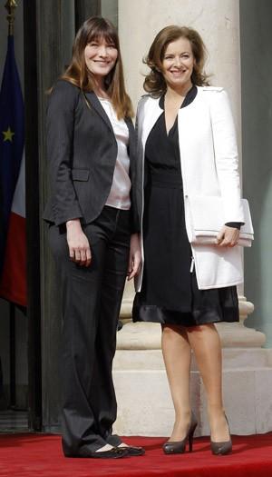 A primeira-dama que sai, Carla Bruni-Sarkozy, ao lado da que chega Valérie Trierweiler, pouco antes da cerimônia (Foto: AFP)