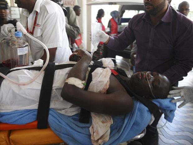 Médicos do hospital de Nairobi atendem uma mulher ferida nos ataques a uma universidade no Quênia (Foto: AP)