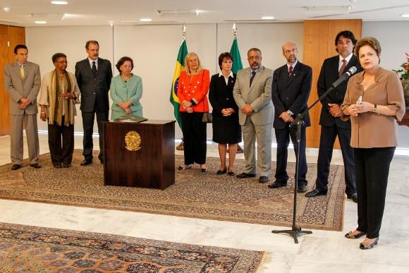 Dilma sancionou a Lei de Cotas nesta quarta ao lado de ministros e parlamentares (Foto: Roberto Stuckert Filho/PR)