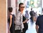 Behati Prinsloo usa vestido justinho e deixa barrigão em evidência