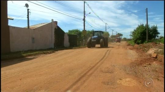 Moradores sofrem com lama e poeira em bairros com ruas de terra em Itararé