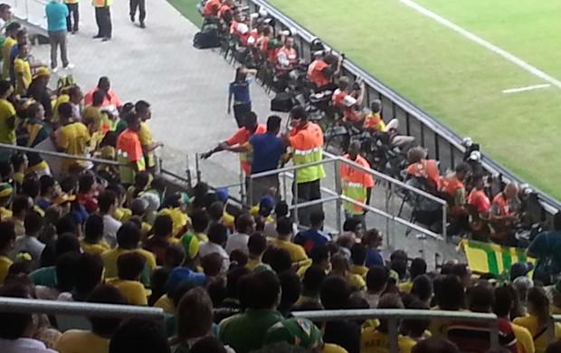 torcedor repreendido fonte nova brasil x italia (Foto: Richard Souza)