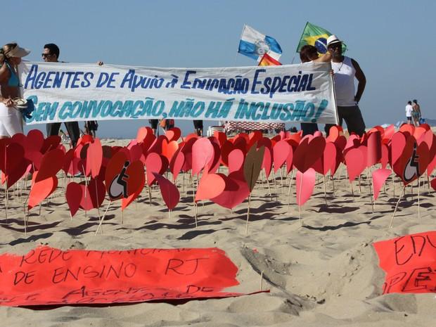 Agente de apoio à educação especial fazem protesto em praia do Rio (Foto: Divulgação)