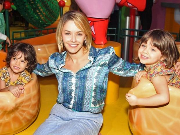 Bianca Rinaldi entre as gêmeas Beatriz e Sofia, que nasceram no dia das mães (Foto: Aquivo Pessoal)