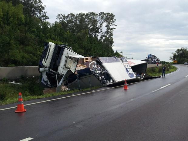 Caminhão tombou e parou no canteiro central da rodovia (Foto: Marcelo Theil/RBS TV)