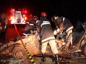 6 morrem em acidente entre carros e carreta (Foto: Reprodução/TV Morena)