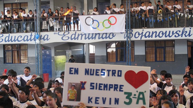 Turma de escola boliviana com homenagem a Kevin Espada (Foto: Leandro Canônico)