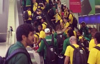 Após campanha recorde, atletas invadem aeroporto para volta ao Brasil