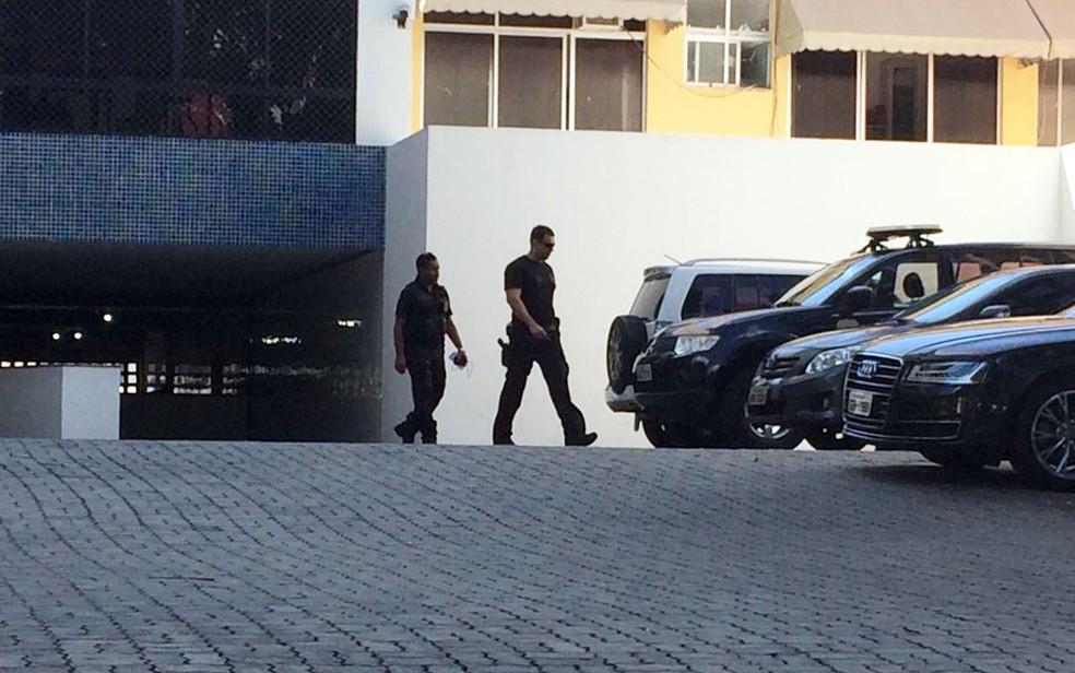 Policiais deixam prédio com maletas nas mãos (Foto: Rafael Teles/G1)