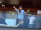 De saltão e bandana na cabeça, Lady Gaga chega ao Rio