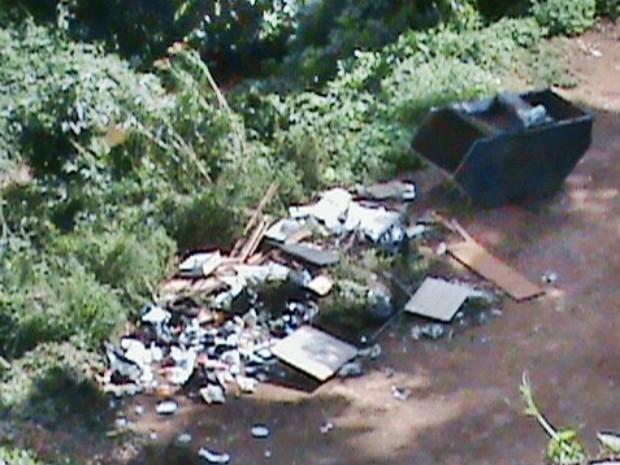 Registro foi feito nesta semana; lixo está tomando conta do local (Foto: Roberto Cruz / VC no G1)